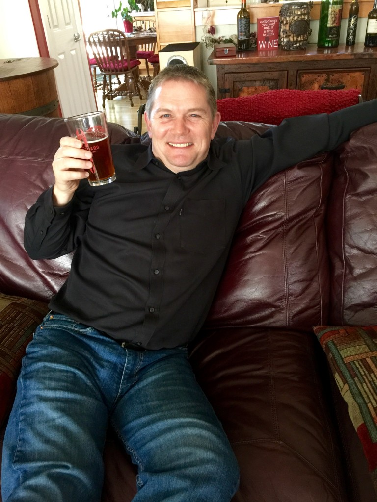 Peter_Hansen_with_beer_Robinson_home