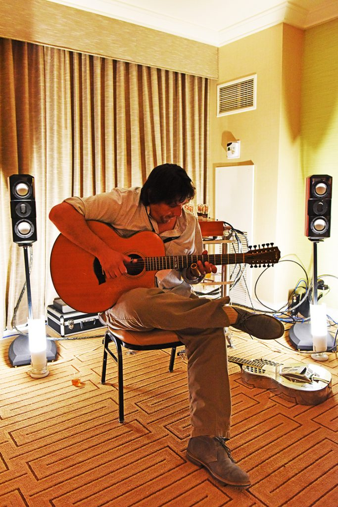 Keith_Knight_playing_PF_room_DSC_1108
