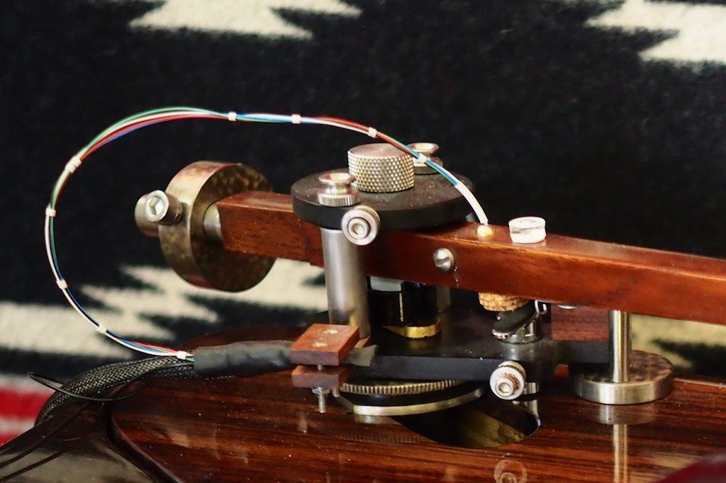 Sliding mounting plate on the Woody SPU tonearm.